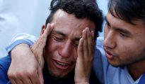 Un joven afgano llora tras el atentado