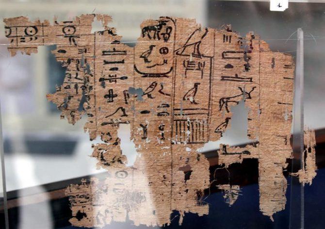 """Detalle del papiro del rey Yufu, como parte de la exposición """"Los papiros de Jofu de Wadi al Yarf"""", durante la inauguración de la muestra en el museo Egipcio de la plaza Tahrir de El Cairo, Egipto."""