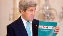 El secretario de Estado de EE.UU., John Kerry, sostiene una copia del informe anual de su Gobierno sobre el tráfico de personas en el mundo en la sala Ben Franklin del Departamento de Estado en Washington, Estados Unidos.