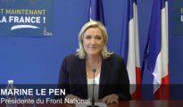 """Marine Le Pen, líder del Frente Nacional, celebró el éxito del Brexit con un cartel en el que se leía: """"¡Y ahora Francia!""""."""