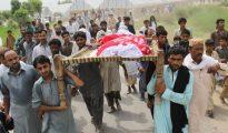 Familiares y residentes de la modelo paquistaní Qandeel Baloch, asesinada por su hermano, cargan el cuerpo de la víctima durante su funeral en Shah Sadar Din.