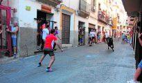 Los mozos citan a una de las reses de Victorino Martin que se corrieron en Moratalla (Murcia).