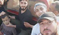 El niño, de unos 12 años, en la camioneta en la que fue llevado a Alepo para asesinarlo (TWITTER)
