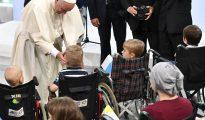 El papa Francisco bendice a un niño durante su visita al Hospital Universitario Infantil en Prokocim, Cracovia (Polonia) hoy. La Jornada Mundial de la Juventud se celebra en Cracovia y en la cercana Brzegi del 26 al 31 de julio.
