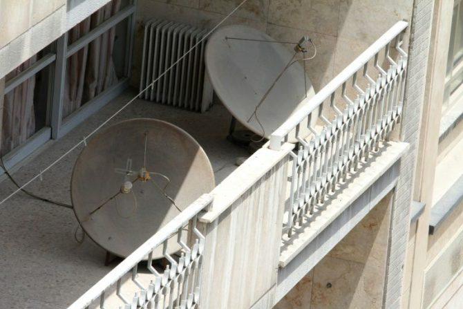 Antenas parabólicas en un balcón de un barrio de Teherán el 24 de julio de 2016