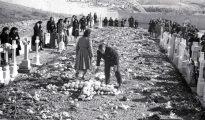 Imagen tomada en 1947 de familiares de las víctimas en el camposanto de Paracuellos