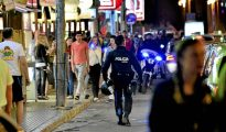 Un agente de la Policía Local de Palma patrulla en plena noche.