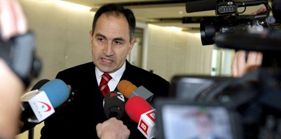 Pedro Varela atendiendo a los medios.