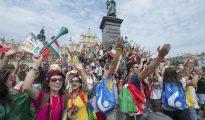 Varios peregrinos celebran el comienzo de la XXXI Jornada Mundial de la Juventud en Cracovia, Polonia, hoy, 26 de julio de 2016. Esta nueva edición de la Jornada Mundial de la Juventud comienza hoy y finaliza el próximo 31 de julio.