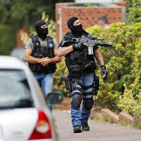 La policía francesa en el pequeños pueblo de Normandia cuya iglesia fue atacada esta semana