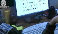 Un agente de la Policía rastrea webs con contenido pedófilo. DGP