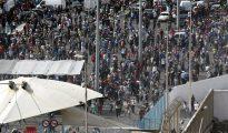 Centenares de porteadores marroquíes en la frontera del Tarajal que separa Ceuta de Marruecos, que sido cerrada temporalmente.