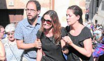 Raquel Sanz oculta tras las gafas su dolor