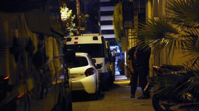 """Imagen del dispositivo policial durante el registro de la librería """"Europa"""""""
