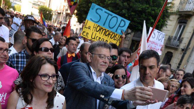 El líder del PSOE, Pedro Sánchez en el Orgullo Gay de Valencia. Le acompañan el presidente de la Generalitat Ximo Puig y Mònica Oltra (Compromís).