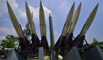 Réplicas de misiles Scud-B norcoreanos (centro) y los Hawk tierra-aire surcoreanos, en el Memorial de la Guerra de Corea, en Seúl.