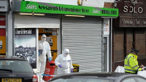 Investigadores de la Policía de Glasgow recogen pruebas periciales en el local de Shah, donde fue apuñalado por Ahmed.