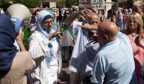 Un malagueño se enfrenta en la plaza de la Constitución a un grupo de manifestantes en una concentración a favor de la llegada de refugiados sirios.