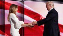 Trump y su esposa en el escenario.