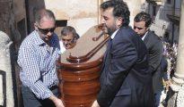 Familiares y amigos portan el féretro con los restos mortales de Víctor Barrio