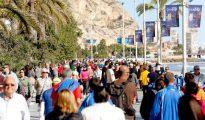 Centenares de turistas disfrutan del sol y las altas temperaturas en la playa del Postiguet, en Alicante.