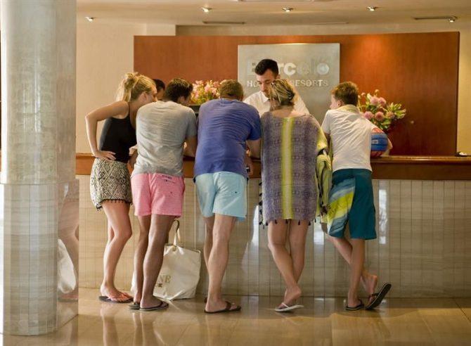 Turistas en la recepción del hotel Pueblo de Punta Prima, en el municipio de Sant Lluís.