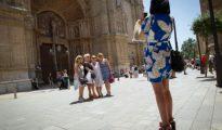 Un grupo de turistas se hace una foto a la entrada de la catedral en Palma de Mallorca.