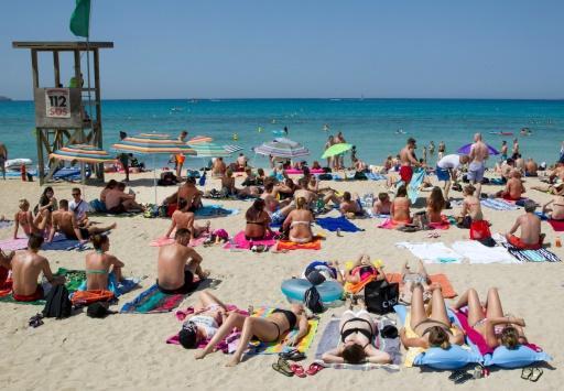 Turistas toman el sol en una playa de Palma, en la isla balear de Palma de Mallorca, el 30 de junio de 2016