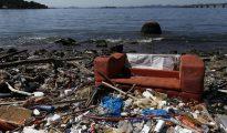 Vista de basura a las orillas de la bahía de Guanabara, a la altura de la isla de Fundão, donde se realizarán las pruebas de vela de los Juegos Olímpicos Río 2016, en Río de Janeiro (Brasil).