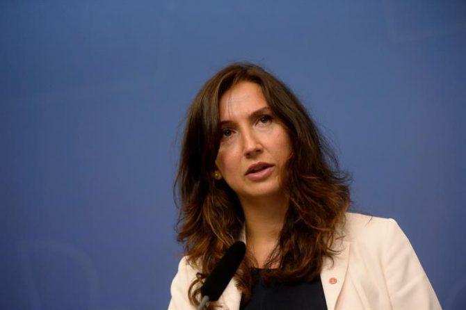 La ministra de Educación Secundaria y para Adultos sueca, Aida Hadzialic, hoy en rueda de prensa en Estocolmo.