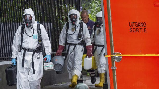 Bomberos, policías y unidades especializadas preparan los alrededores del ayuntamiento del distrito bruselense de Saint-Josse
