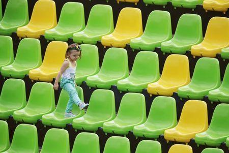Una niña juega entre los asientos vacíos del estadio Deodoro durante el encuentro entre Colombia y Kenia de rugby olímpico femenino en Río de Janeiro
