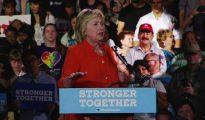 El padre del terrorista de Orlando, con gorra de color rojo, en un mitin de Clinton.
