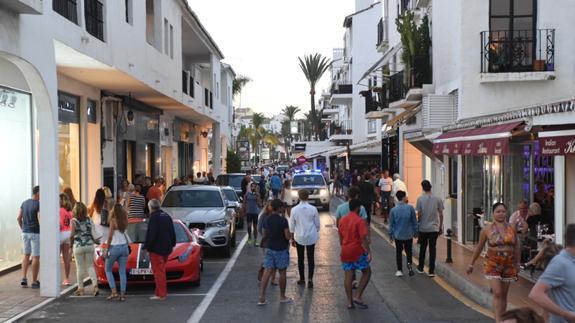La Policía Local mantuvo los alrededores de Puerto Banús bajo vigilancia tras el suceso. (Foto diario Sur).