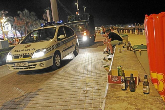 Un coche de la Policía Local de Palma patrulla por la capital balear.