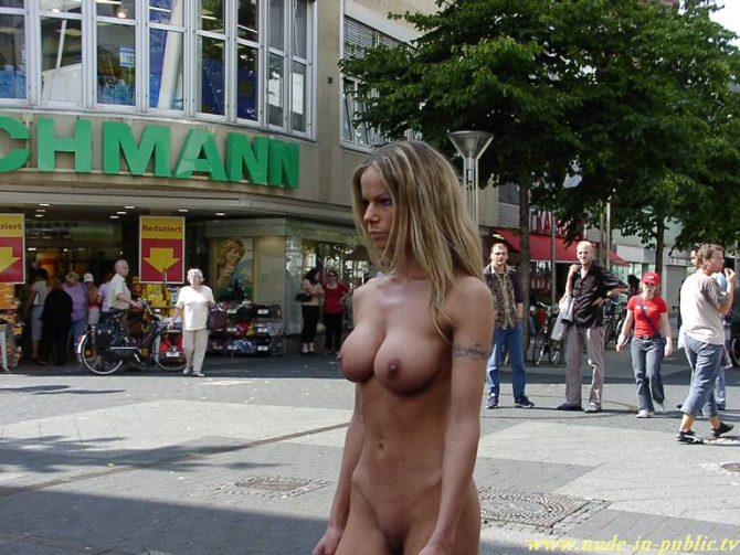 Una joven desnuda por las calles, una imagen cada vez más frecuente en ciudades occidentales.