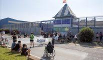 Pequeña concentracion de activistas contrarios a la reabertura del CIE (Foto El Periódico)