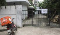Imagen tomada el 29 de julio de un restaurante frecuentado por extranjeros de la capital de Bangladesh cerrado mientras cambia su ubicación.
