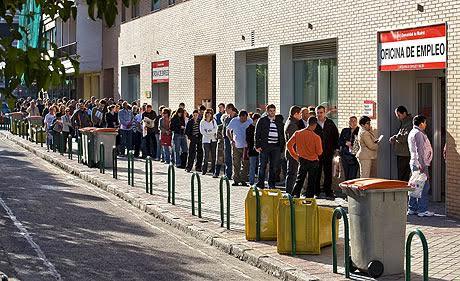 Entre tanto, millones de españoles hacen cola cada mes en las oficinas del paro.