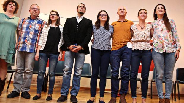 El concejal Sergi Alonso (segundo por la izquierda), con la vicepresidenta del Consell, Mónica Oltra (centro).