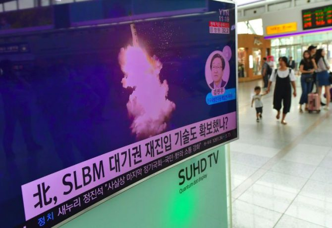 Una televisión en una estación de tren de Seúl transmite el 25 de agosto de 2016 información sobre el lanzamiento submarino de un misil balístico norcoreano