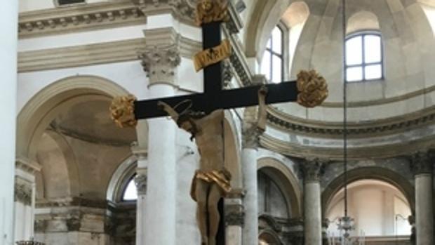 El crucifijo dañado de la Iglesia de San Jeremías