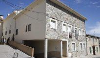 Fachada del edificio en el que se encuentra la vivienda de la vecina de la localidad madrileña de El Molar que ha denunciado que, tras ausentarse de casa unos días, la ha encontrado ocupada por varias personas que han vendido parte de sus muebles.