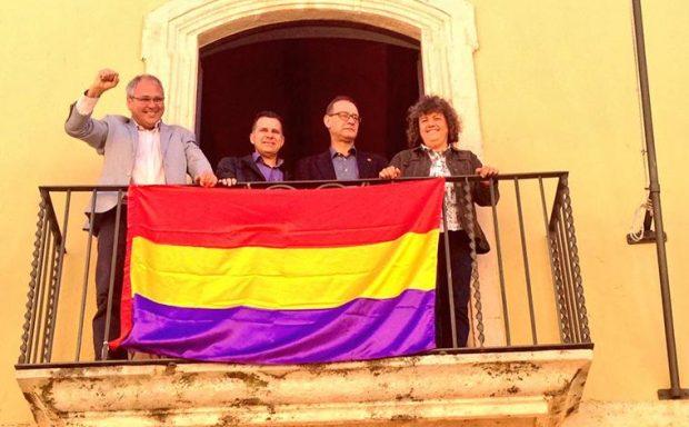 El podemita Félix Alonso posa ante la bandera tricolor en el balcón del Ayuntamiento junto a varios concejales de su equipo de gobierno (Foto: Twitter).
