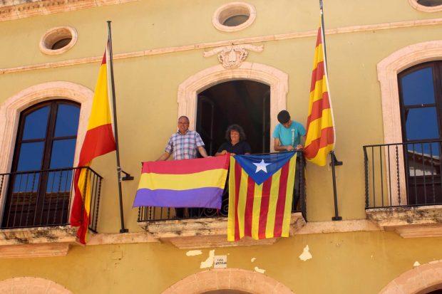 El alcalde podemita posa en el balcón del Consistorio con la bandera republicana y a independentista.