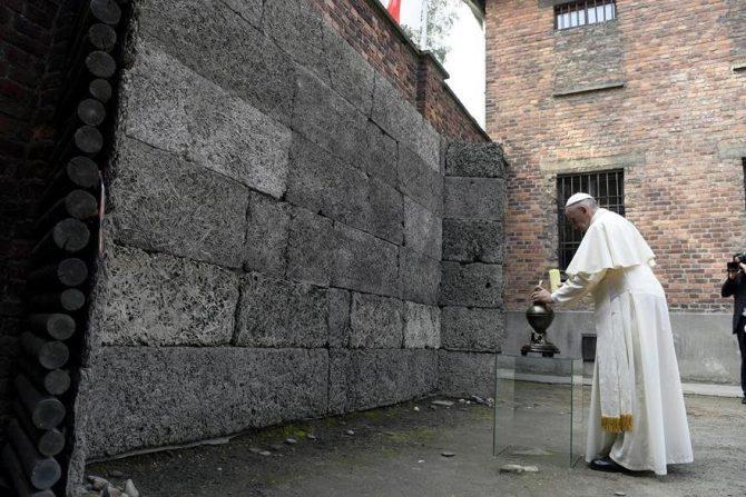El papa Francisco en Auschwitz, frente al muro donde la historia oficial dice que millones de personas fueron fusiladas.