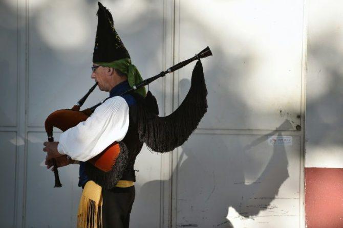 Un hombre toca la gaita en Lorient, Francia.