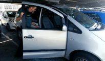 """Fotografía facilitada por la Guardia Civil, que ha rescatado hoy en la localidad alicantina de San Juan a un bebé de 9 meses que estaba inconsciente en el interior de un turismo y que, tras ser atendido por personal médico en el mismo lugar, se encuentra """"en buen estado""""."""