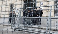 Varios policías montan guardia frente al tribunal de Sankt Pölten, Austria.