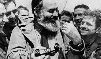El escritor estadounidense, Ernest Hemingway, corresponsal de guerra durante la contienda mundial, conversa con los soldados en la playa de Normandía